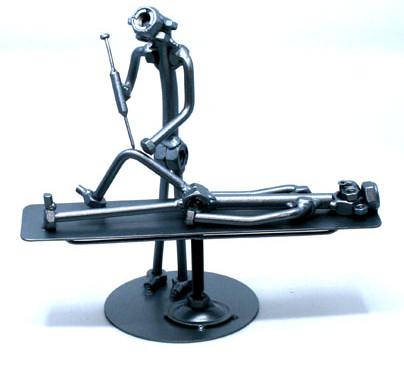 Kreatív fém csavar szobor ajándék ötlet ortopédusnak