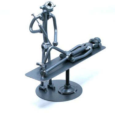 Különleges fém csavar szobor ajándék ortopédusnak