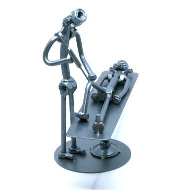 Egyedi fém csavar szobor ajándék ortopédusnak